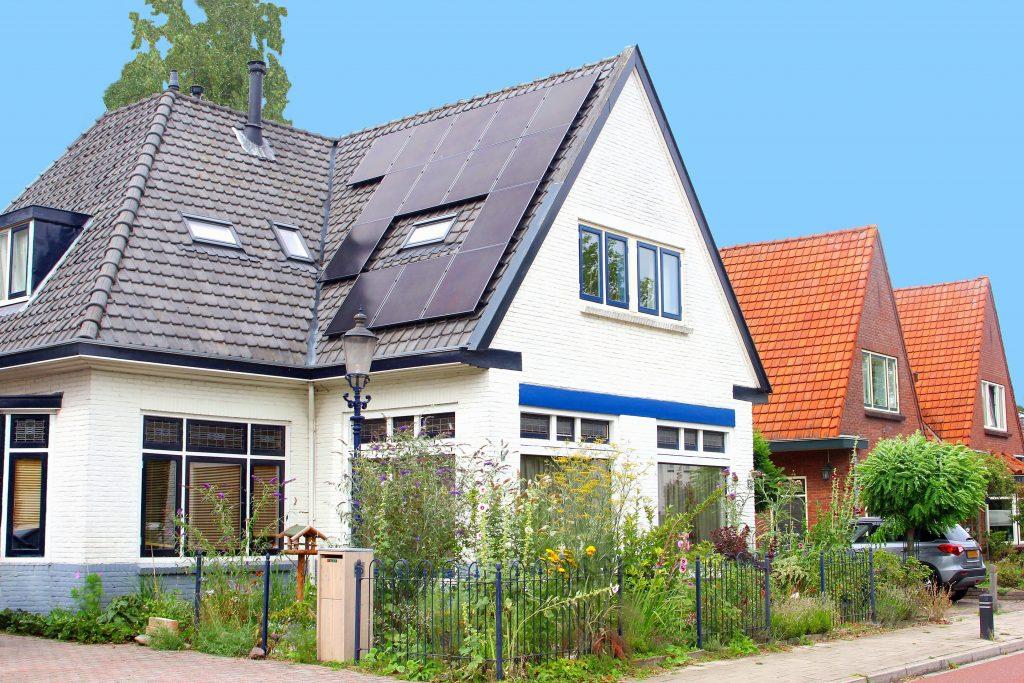 LG zonnepanelen op het dak van een huis